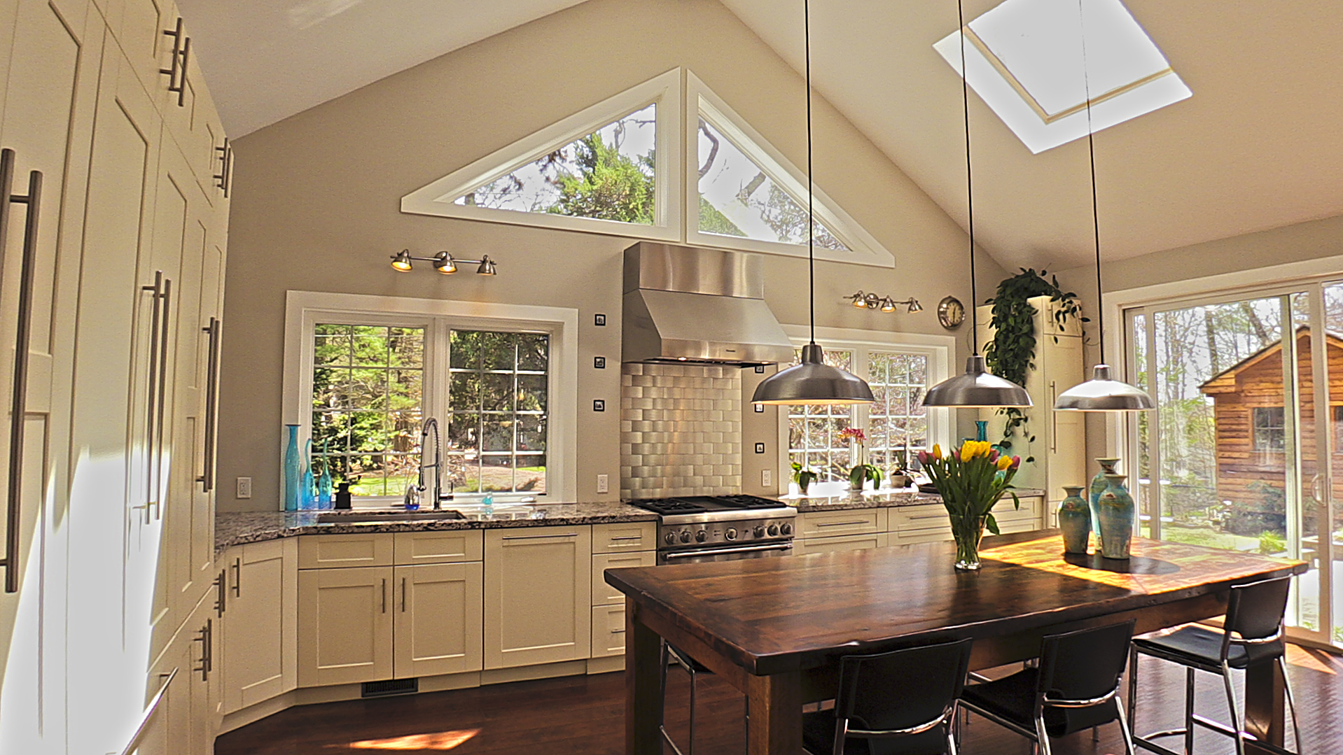 Cottage Kitchen Design In Off White Painted Maple Kitchen Land Custom Kitchen Cabinets Kitchen Remodelling Mississauga And Toronto